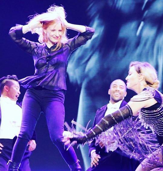 Madonna v Praze pozvala herečku na svůj koncert.
