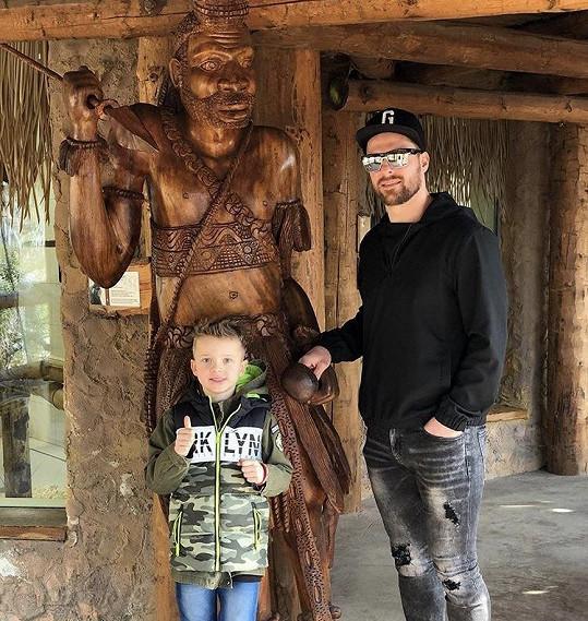 Michal s malým Markusem v zoo.
