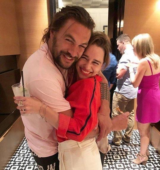 Jason Momoa se na oslavě potkal s Emiliou Clarke. Ze společného snímku fanoušci šílí.