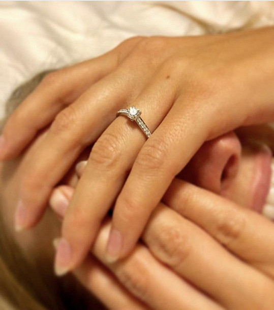 Zásnubní prsten, který Petře nasadil Roman Vojtek