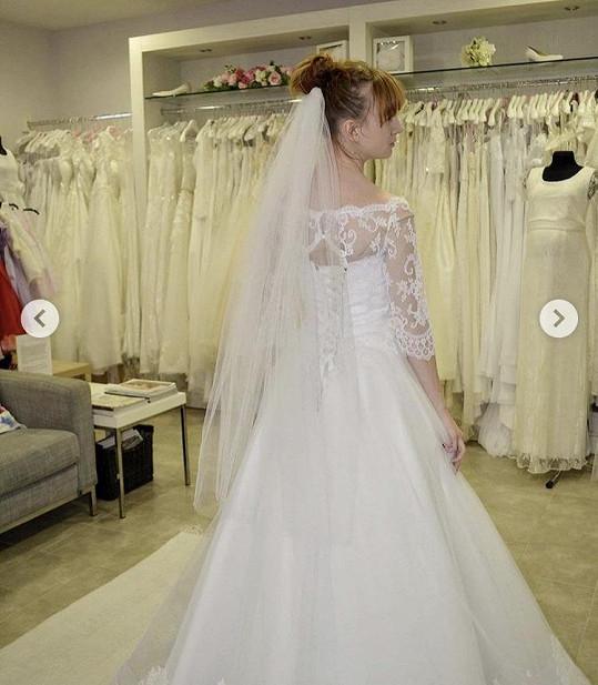 Budoucí ženich by neměl nevěstu v šatech vidět. Ona ale fotky postovala na Instagram.