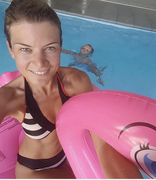Iveta v bazénu s dcerou Anetkou