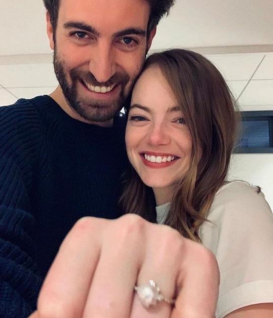Ačkoliv to zatím neoznámila, vdanou paní je prý i Emma Stone. Krásná herečka už nějakou dobu nosí prstýnek, a dokonce se již spekuluje o tom, že je těhotná. S režisérem Davem McCarym se zasnoubila loni.