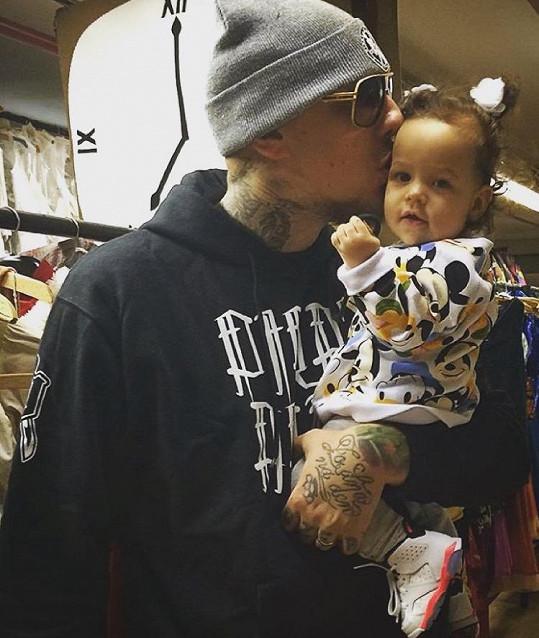 Pyšný táta se svou dcerkou