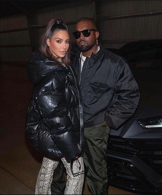 Kanye West s manželkou Kim Kardashian žijí dost luxusní život. Rapper chce být od letoška méně arogantní a více pomáhat světu.