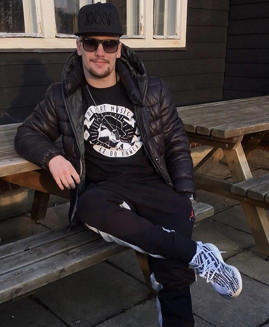 Chodí s extraligovým hokejistou Petrem Holíkem.