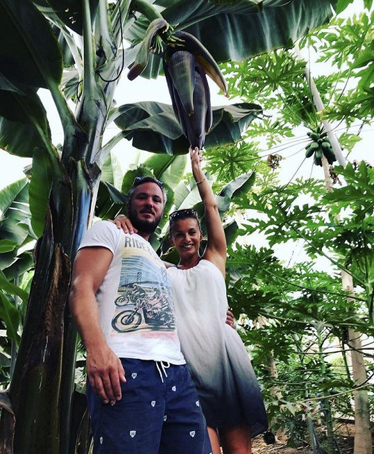 Ve vnitrobloku si Alice s přítelem užívají i vzrostlou zahradu s tropickou vegetací.
