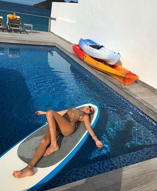 Bella Hadid si dovolenou užívala plnými doušky.