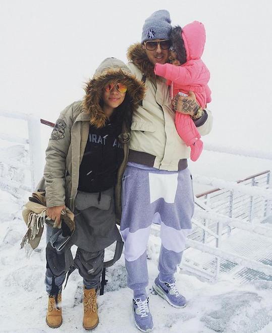 Tina s manželem Separem a dcerkou na horách