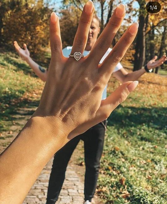 Zásnubní prsten ve tvaru srdce.