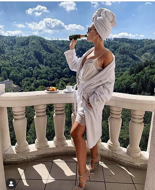 A ještě snímek v negližé z balkonu hotelu Imperial, jímž se pochlubila fanouškům na Instagramu.