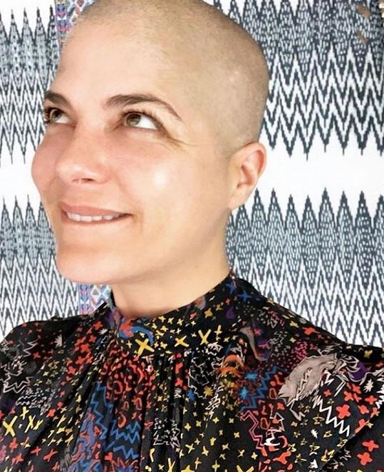 Herečka bojuje s roztroušenou sklerózou, po chemoterapiích přišla o vlasy.