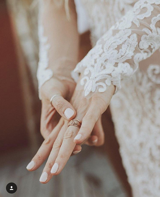 Ukázala i snubní prstýnek.
