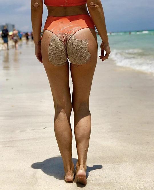 Zuzana vystavila zadeček na pláži.