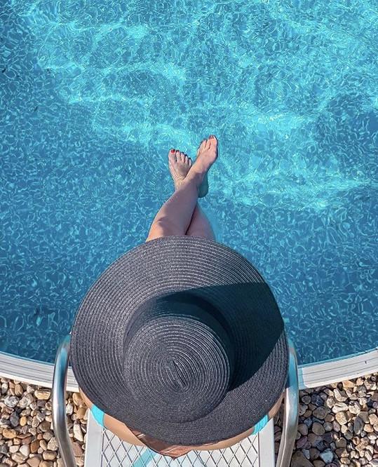 Dnešní horký den si užívala doma u bazénu.