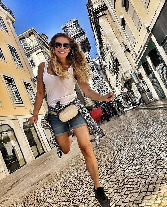 Lucie Borhyová předvedla své vymakané nohy.