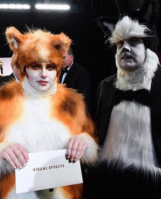 Na Oscarech oblékli s Jamesem Cordenem kostýmy z Cats.
