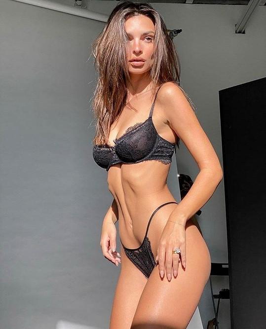 Obyčejně ji fanoušci na sociálních sítích vídají v prádle nebo téměř nahou.