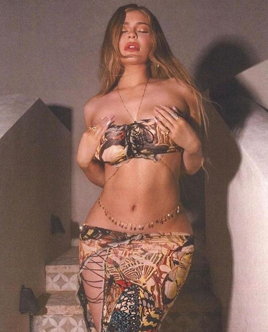 Kylie Jenner stáhla sukni proklatě nízko.