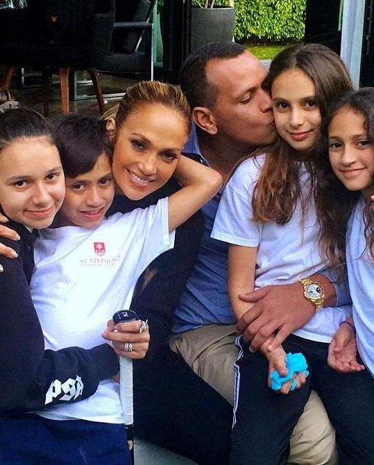 Jennifer a Alex se všemi jejich ratolestmi, zleva: Natasha, Max, Jennifer, Alex, Ella, Emme