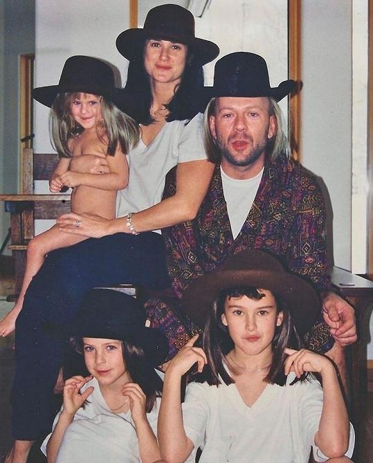 Archivní snímek páru se společnými dcerami