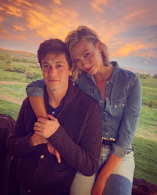 I modelka Karlie Kloss a Joshua Kushner se stanou poprvé rodiči.