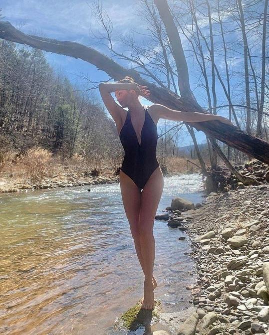 Kde na sobě měla jen pěkně vykrojené plavky.