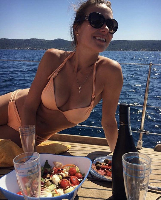 Eva si užívá dovolenou v Chorvatsku.