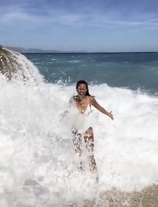 Takhle si užívala ve vlnách.