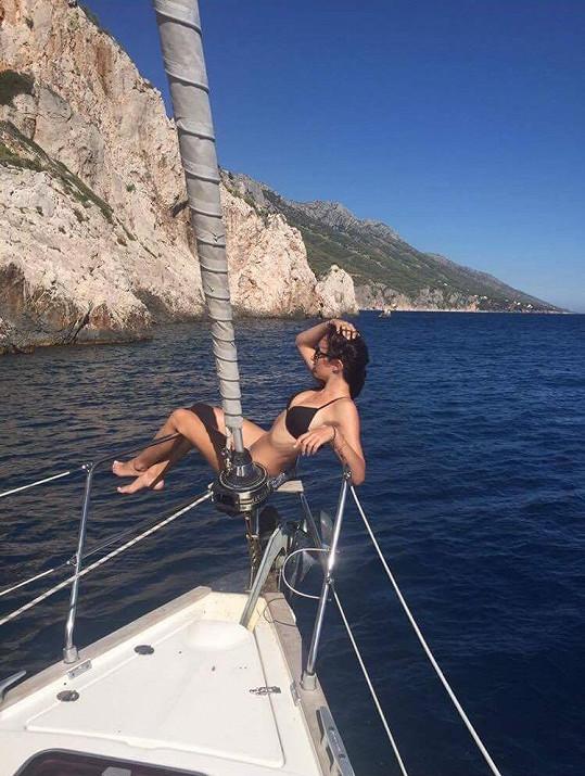 Maruška vyrazila na výlet na lodi.