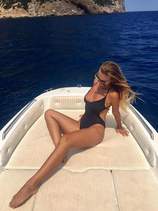 Bára si s přítelem půjčila člun a vyrazili na výlet.