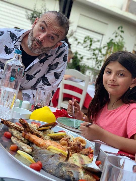 Dcera Zuzanka s tátou Reném, který fotky pořizuje.