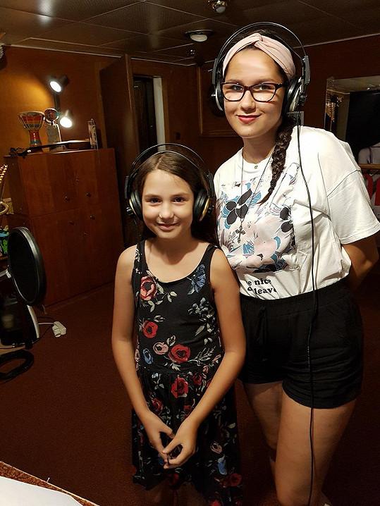 Magdička i mladší Terezka nahrávají ve studiu.