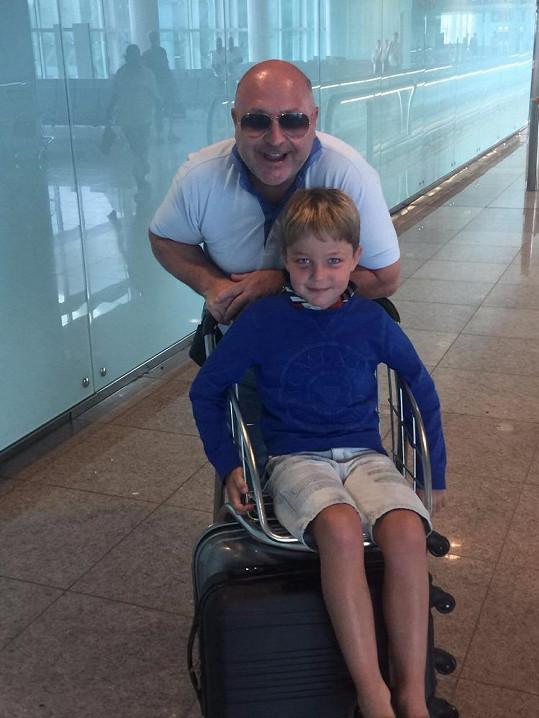 Michal s vnukem, kterého s manželkou vychovávají.