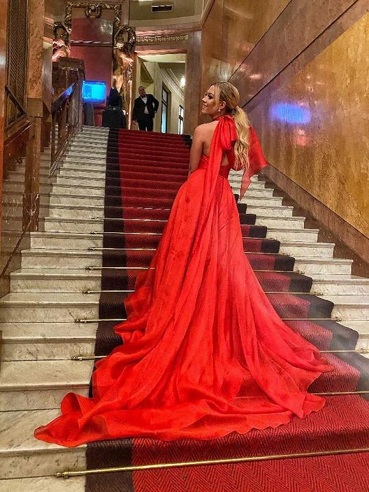 Oblékla šaty, které pro ni navrhli návrháři Kristianna a Sam Dolce.