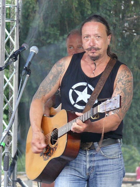Hereččin otec je známý muzikant.