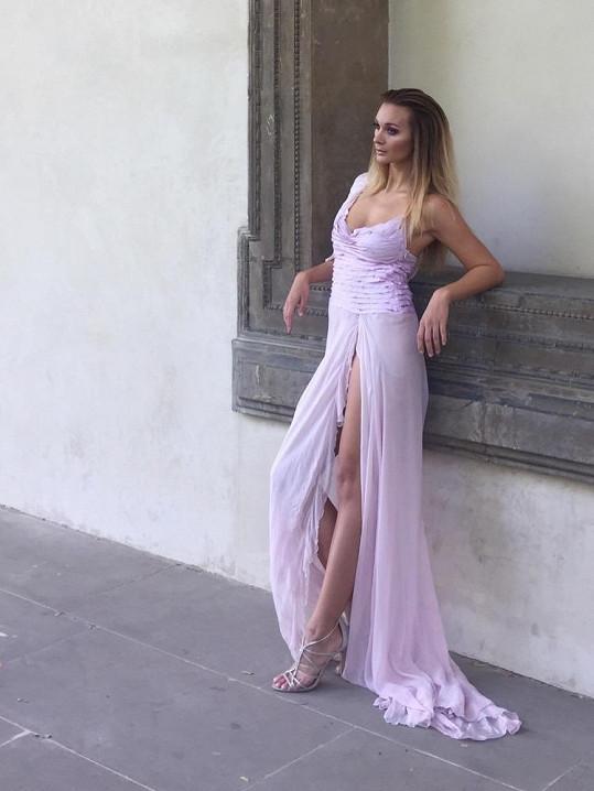 Kráska ze seriálu Přijela pouť nafotila odvážnou kolekci šatů.
