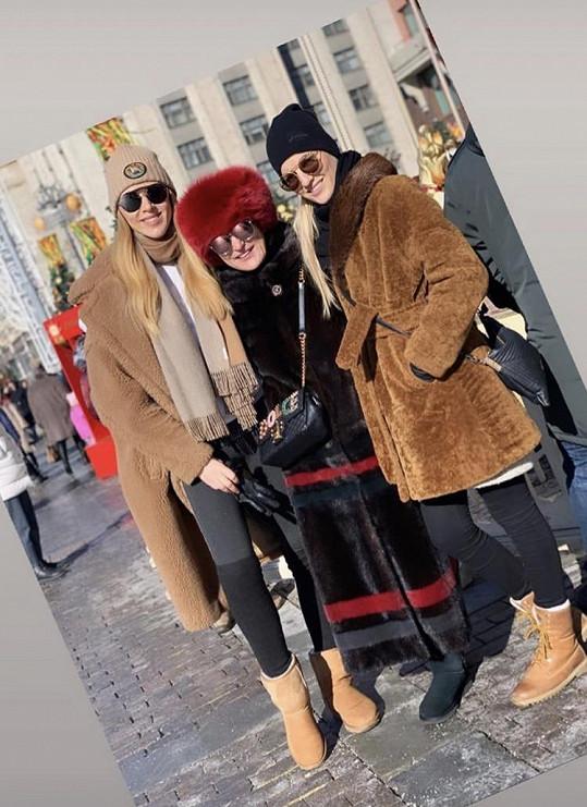 S návrhářkou Beatou Rajskou (uprostřed) vycestovaly i modelky Petra Růžičková a Veronika Chmelířová (vpravo).
