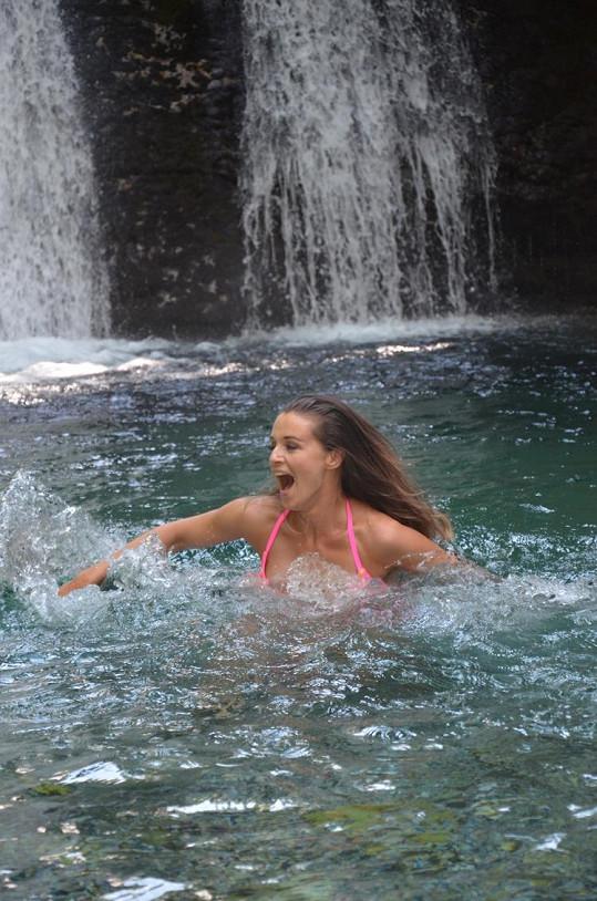 Iva se koupala i v ledových vodopádech.
