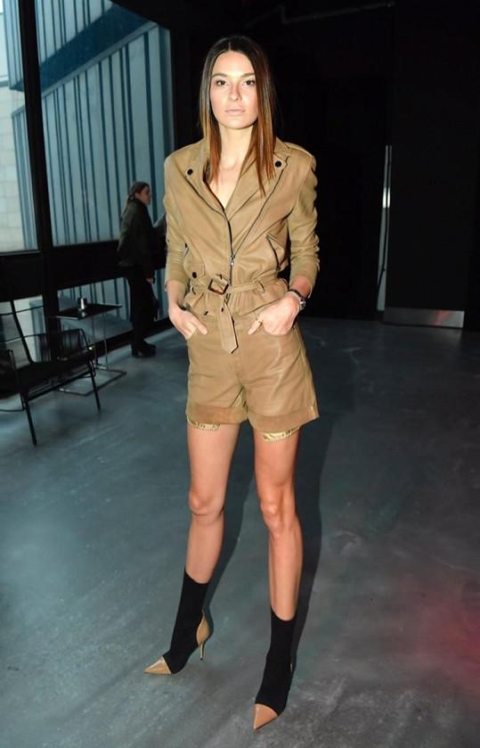 Nikol předvedla v kožených šortkách své štíhlé nohy.
