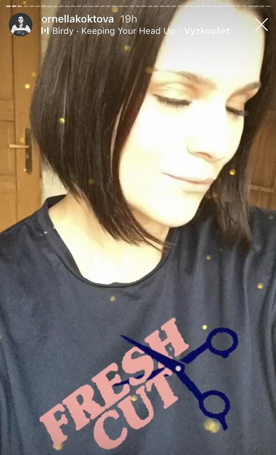 Ornella má vlasy sestříhané na mikádo.