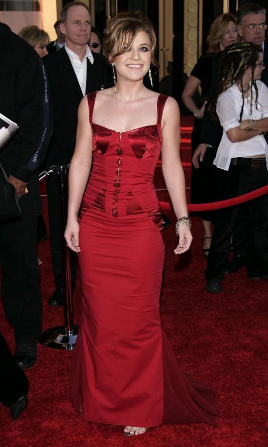 V roce 2004 měla Kelly štíhlou postavu.