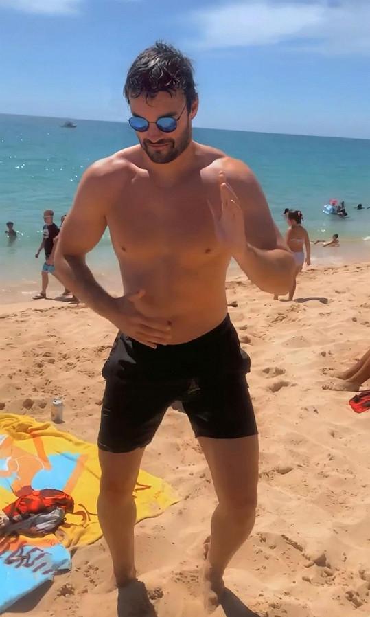 K plážovému tanci se přidal i její přítel Thom Evans.