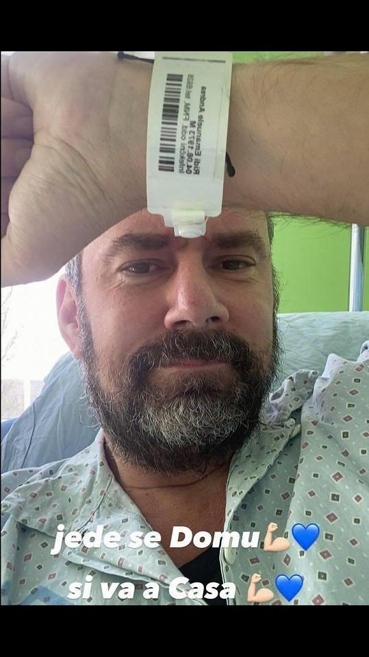 Emanuele potěšil své fanoušky fotkou s komentářem, že se vrací z nemocnice domů. Hospitalizován byl 10 dní.