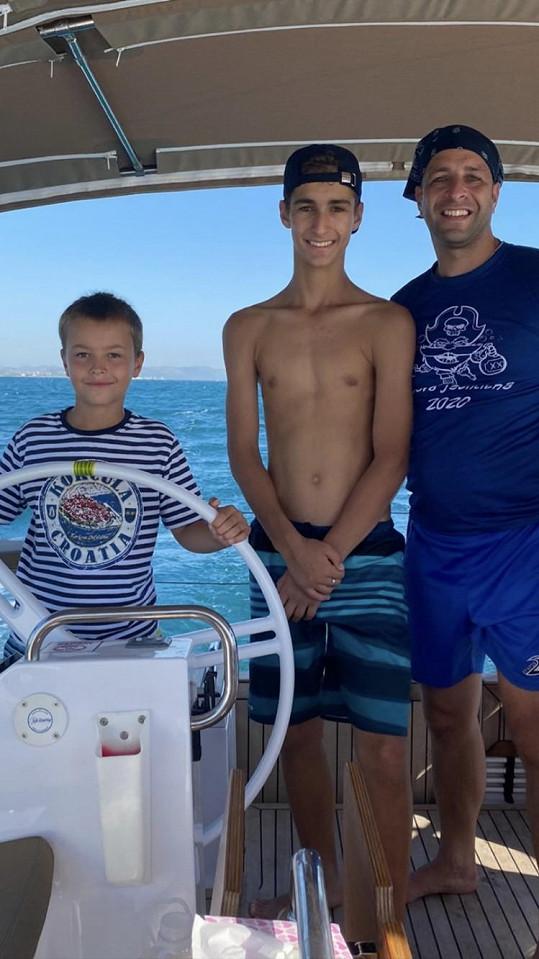 Leona si užívá dovolenou s partnerem a syny.