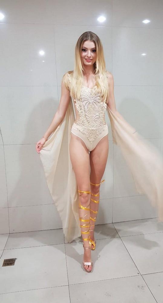 Jednou z disciplín je přehlídka kostýmů bohyní. Tenhle pro ni vytvořila Petra Pilařová.