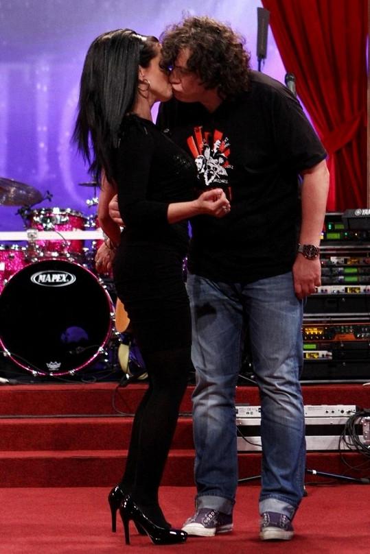 Lucie věnovala Richardovi novoroční políbení.