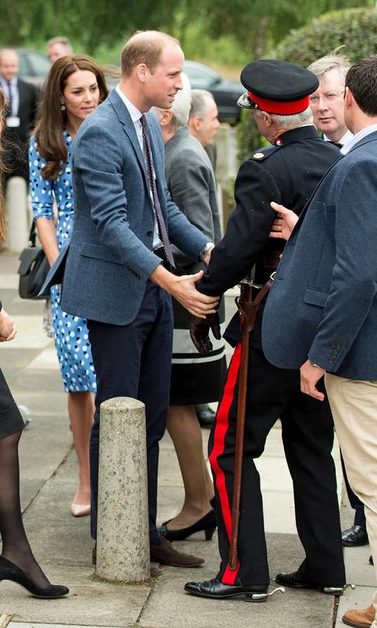 Kate se v závěru zajímala, zda se důstojníkovi nic nestalo.