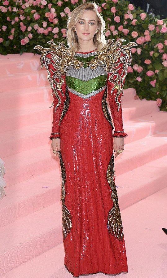 Tyto rubínové Gucci šaty poseté flitry Saoirse Ronan doplňovala pláštěnka připomínající andělská křídla.