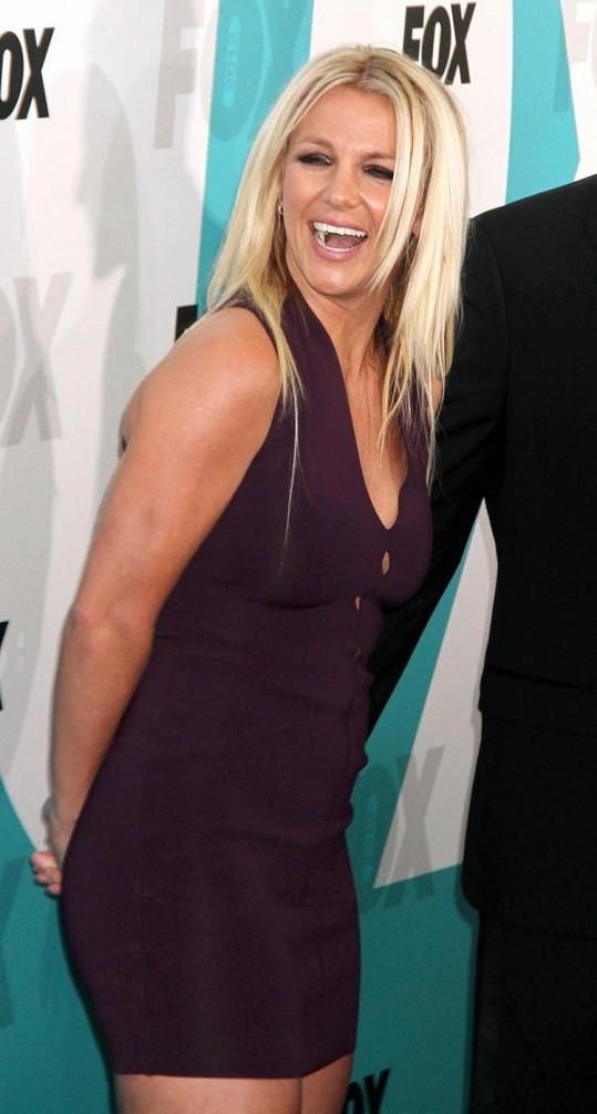 Britney stále držela ruce za zády. Nakonec však nerada stejně ukázala důvod.